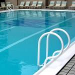 Homophobie à la piscine pour un couple gay