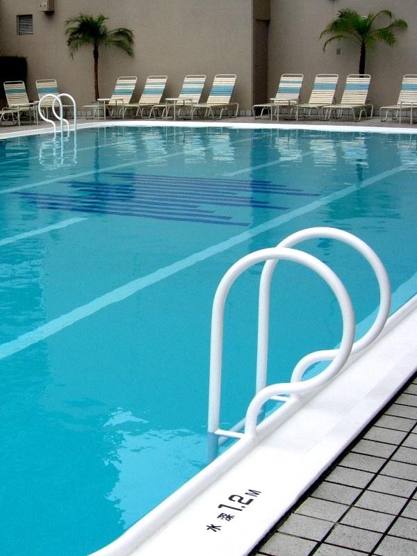 Homophobie à la piscine pour un jeune couple